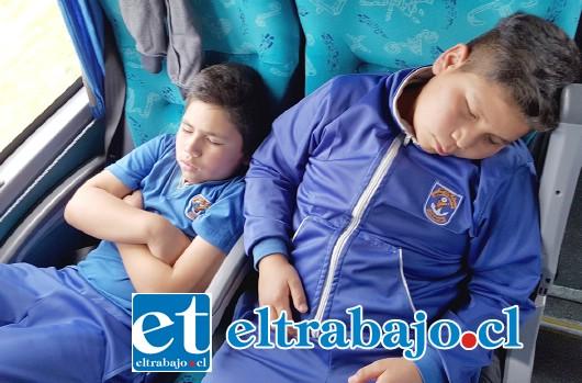SIN ENERGÍA.- Los chicos regresaron agotados y muy relajados, sabiendo que el nombre de su escuela ahora es muy conocido en tierras del sur.