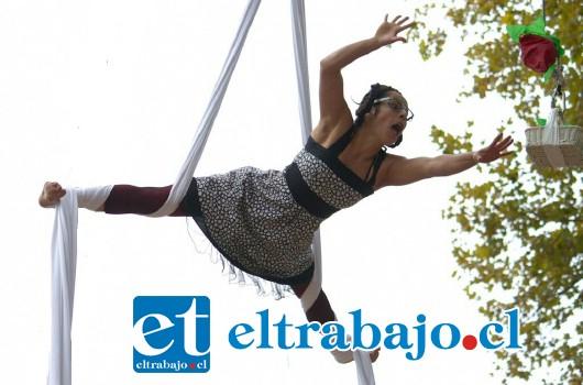 El acto se desarrolla a una altura de unos nueve metros, constituyendo un atractivo espectáculo.