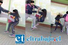 La secuencia gráfica da cuenta de la brutal y cobarde agresión que sufrió la menor por parte de una muchacha mucho mayor.