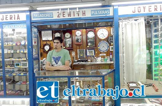 Camilo Zúñiga, hijo del propietario de Joyería y Relojería Zenith, en el local afectado.