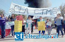 Los vecinos en el medio del puente protestando con lienzos, donde se podían apreciar lecturas contrarias a GEA. (Foto Flavia Vera Olguín).