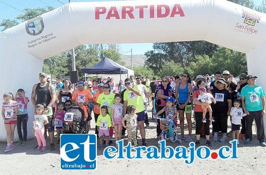 PREPARADOS, LISTOS, FUERA.- En el inicio de la corrida, familias completas se agolpaban para participar del evento deportivo.
