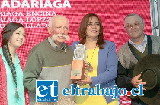 FAMILIA MADARIAGA.- El premio 'Expresión del patrimonio' a Arnoldo Madariaga Encina, Arnoldo Madariaga López y Ema Madariaga Valladares, la más pequeña de la familia y continuadora natural de la tradición.