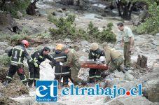 Personal de Bomberos y Carabineros en pleno rescate de los cuerpos de los infortunados hermanos Roberto Francisco y Juan José Bravo Cartagena. (Fotos Patricio Gallardo)