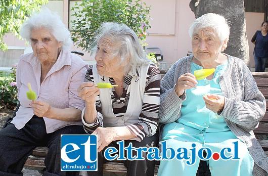 ENDULZANDO SUS VIDAS.- Aquí tenemos a estos abuelitos disfrutando a lo grande de sus ricos helados.