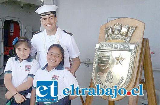 VIAJE FANTÁSTICO.- Estas dos pequeñitas visitaron la Armada de Chile, en Valparaíso, ahí fueron atendidas como dueñas de casa.