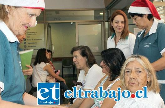 CON TERNURA.- Doña Carolina Muñoz, es una de las usuarias que se dejaron regalonear esta semana por las monitoras de salud en el Cesfam Segismundo Iturra.