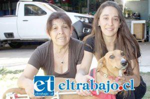 VECINAS ANIMALISTAS.- Aquí tenemos a doña Ana María Soto y Dayana Muñoz, en compañía de 'Chunchita', la perrita de nuestra historia.