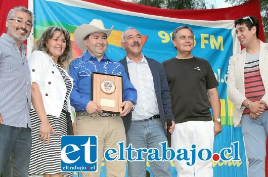 REGALONEADO.- El alcalde Patricio Freire y el concejo municipal, también se hizo presente para premiar al experimentado locutor radial.