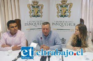 Acompañado de los animadores del evento: Consuelo Schuster (a la derecha) y Oscar Tapia. el Alcalde Luis Pradenas dio a conocer la parrilla artística del VIII Festival de la Voz de Panquehue.