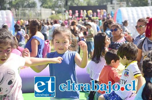 Los niños de entre 0 mes a 9 años, previamente inscritos en la Oficina de la Mujer, recibieron su regalo, tanto de los sectores rurales como en el centro de la ciudad.