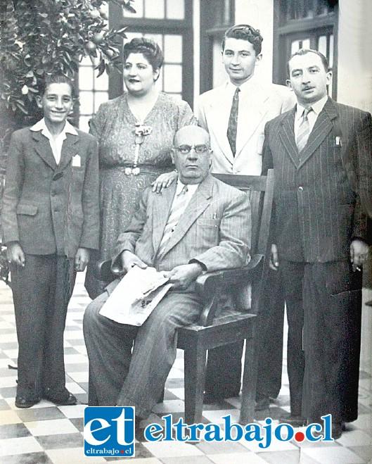 APENAS UN NIÑO.- En el círculo, a la izquierda, vemos a don Ricardo Juri cuando apenas era un joven cantante y aprendiz de periodismo.