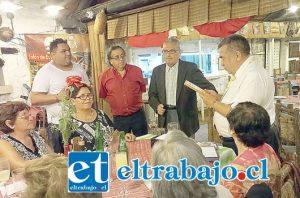 El integrante de la directiva, Eduardo Llanos lee el galvano que le entregaron a los Ricardos de La Ruca (foto gentileza Folkloreando Aconcagua).
