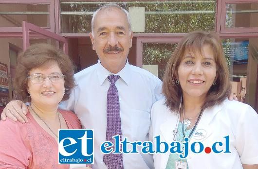 Alcalde de San Felipe, Patricio Freire (al centro), junto a la directora del Cesfam Curimón,  Jenny Henríquez (a la derecha) y la Directora del Sistema de Salud Municipal, Marcela Brito (a la izquierda).