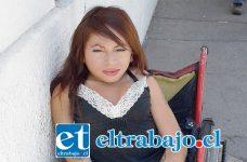 Estela De Lourdes Munizaga Clavel, debe salir a la calle a pedir dinero para poder vivir.