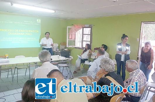 El subgerente de GEA, Luis Parra, se dirige a los presentes durante la reunión. (Foto gentileza Pedro Muñoz).