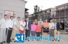 CORTE DE CINTA.- El Alcalde Patricio Freire, en compañía de parte del Concejo Municipal, junto a autoridades y vecinos del denominado Condominio Social Encón.