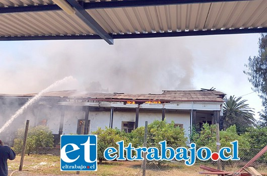 Completamente destruida resultó la centenaria casa patronal de la familia Catán, ubicada en el sector de Lo Calvo, en la comuna de San Esteban. (Foto Paulino Fernandez).