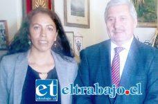 El director de la Dirección de Administración de Educación Municipal, Daem San Felipe, Iván Silva Padilla, junto a la directora de la Escuela Especial Sagrado Corazón, Beatriz Gallardo Morales.