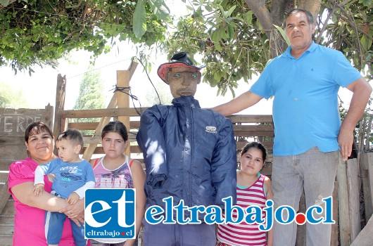 IDEA FAMILIAR.- Don Segundo Guerrero y su familia, muestran a Diario El Trabajo el enorme muñeco, que este sábado 31 de diciembre será quemado en El Escorial.
