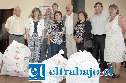 LA SANTITA.- Estas vecinas, dirigentes de Población La Santita, reciben con alegría los juguetes de manos de los concejales y alcalde Freire.