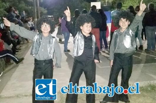 LA NUEVA OLA.- Aquí tenemos a estos pequeñitos, quienes prefirieron interpretar a los artistas de La Nueva Ola, con canciones y ropa incluidas.