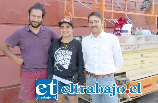 Paula Tikay y Aner Urra, creadores del mural, junto a Ricardo Ruiz, coordinador del Departamento de Cultura de la Municipalidad de San Felipe.