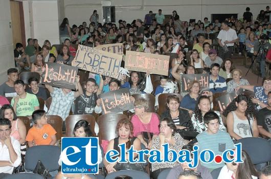 LOCURA TOTAL.- El público apoyó con alegría a sus cantantes favoritos. El ambiente era electrizante.