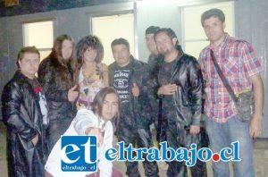 EN MEGA.- 'Jano' Rojas junto al personaje 'J Lo' y algunos participantes de su banda musical durante una presentación en el reality Amor a Prueba de Mega.