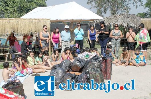 MUCHOS REGALOS.- Eran enormes las bolsas de regalos que los empleados de Correos Chile, de San Felipe, entregaron a los estudiantes de la Escuela San Rafael, durante esta semana.
