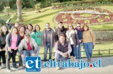PROFES TAMBIÉN VIAJARON.- Aquí vemos a los profesores de la Escuela Mateo Cokljat posando para nuestras cámaras en este reloj de flores, en Viña del Mar.