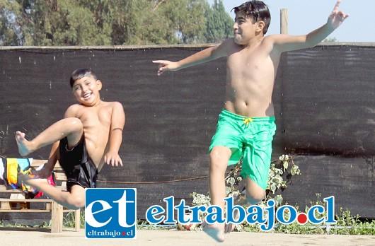 DE LOCOS.- Las cámaras de Diario El Trabajo pillaron a Jean Pier y Víctor del Valle, cuando volaban por los aires sobre esta refrescante piscina.