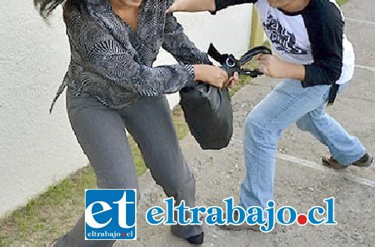 Los delincuentes golpearon violentamente a las mujeres para arrebatarles sus carteras. (Foto referencial).