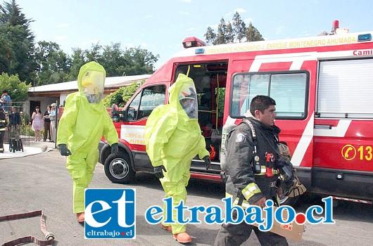 Voluntarios de Bomberos bajo estrictas medidas de seguridad procedieron a recoger el producto químico contaminante.