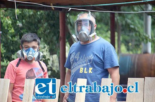 VECINOS CON MASCARILLAS.- Pasadas las 15:00 horas de este domingo, se registró una emergencia química en Calle Los Álamos, en el sector Granallas, un total de 8 familias debieron ser evacuadas y por precaución optaron por el uso de mascarillas.