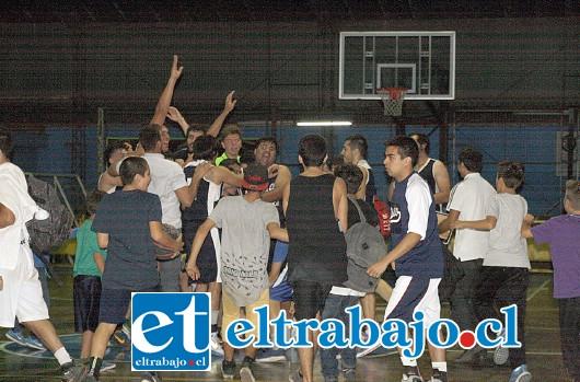 Los pratinos celebraron eufóricos el triunfo que le otorgó el ascenso a la serie A del básquet chileno.