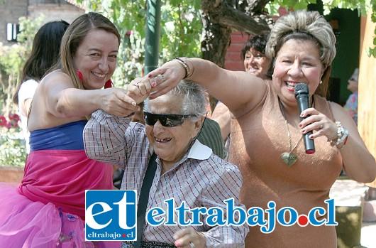 AZUUUUCAR.- La inmortal artista cubana, Celia Cruz, fue interpretada por la profesora Loreto Aspé (a la derecha).