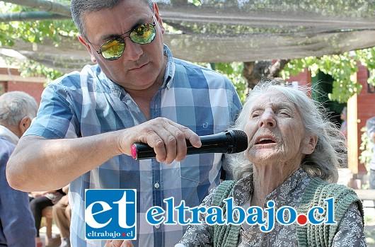 IMPONENTE POETISA.- Dola Elba Castro, de 90 años y usuaria de Hogar Trivelli, sacó sus talentos a relucir, declamando sus mejores poemas a viva voz.