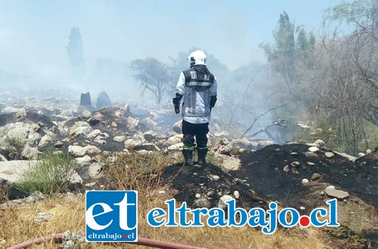 El Comandante Juan Carlos Herrera Lillo, dirigiendo las labores de combate al fuego. (Foto gentileza Twitter @aconcaguaradio)
