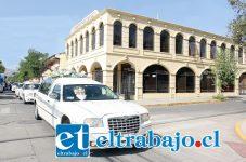 ADIÓS DON MIGUEL.- El cortejo fúnebre recorrió Calle Salinas, deteniéndose frente a la casa periodística Diario El Trabajo, el segundo hogar en vida de tan insigne periodista.