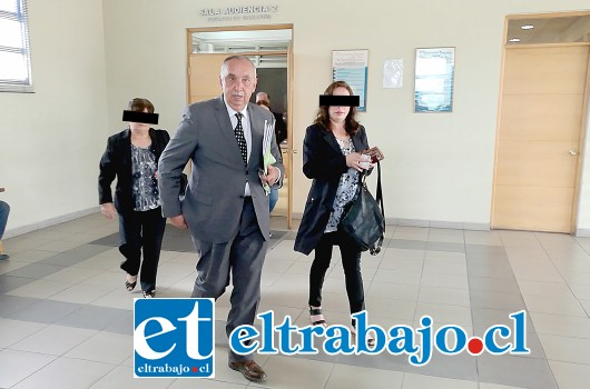 Sin emitir declaraciones a la prensa, la imputada Jennifer Bruna Urrutia, a la derecha de la fotografía, abandonó la sala del Tribunal tras ser formalizada.