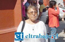 Rosa Zamora, Tesorera JJVV Santa Brígida, en las afueras del Banco Estado.