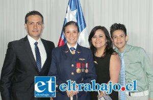 Gracias a un esfuerzo de cuatro años, la joven egresó como oficial y fue condecorada con la Medalla y la Espada de Honor de la Fuerza Aérea de Chile, siendo un gran orgullo para su familia.