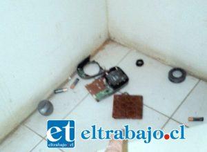 Acá se muestran las partes o cierres de la caja fuerte tirados en el suelo.
