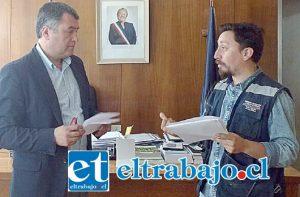 Director de Protección Civil y Emergencia de la Gobernación de San Felipe, Claudio Martínez, junto al gobernador Provincial Eduardo León.