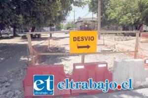SIN PASO.- Efectivamente, este cierre de alameda en Traslaviña con Chacabuco, impide el paso vehicular en dirección del tránsito.