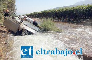 En la tarde de este sábado, un automóvil Toyota Yaris, color blanco, terminó dentro de las torrentosas aguas del canal revestido de Putaendo, a la altura del sector los Tres Puentes.