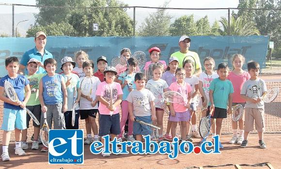 Con un entusiasmo desbordante los pequeños(as) integrantes del taller municipal de tenis buscan aprender y jugar esta linda disciplina deportiva.