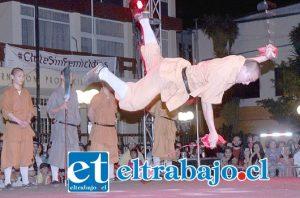 DESTREZA MAGISTRAL.- Aquí tenemos a este monje Shaolín, suspendido en el aire haciendo gala del manejo de sus armas.