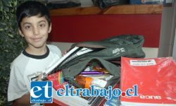 CENTRO DE ACOPIO.- El pequeñito Matías González llegó ayer mismo a Carnes Kar con algunos donativos para otros escolares del sur.